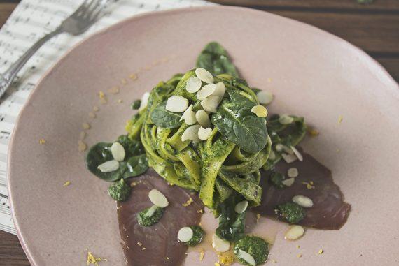 A cena da Bridget Jones: tagliatelle con pesto di spinaci e carpaccio di tonno