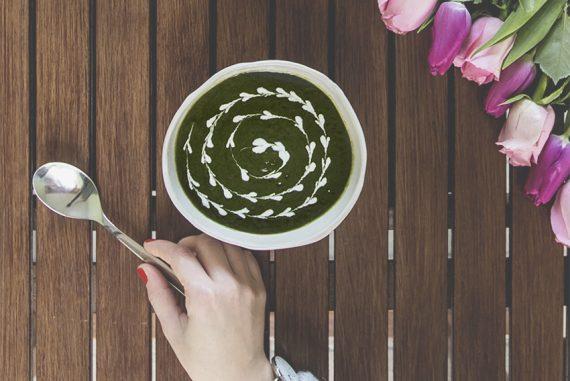 La zuppa detox di spinaci e zenzero è la ricetta per smaltire le feste.