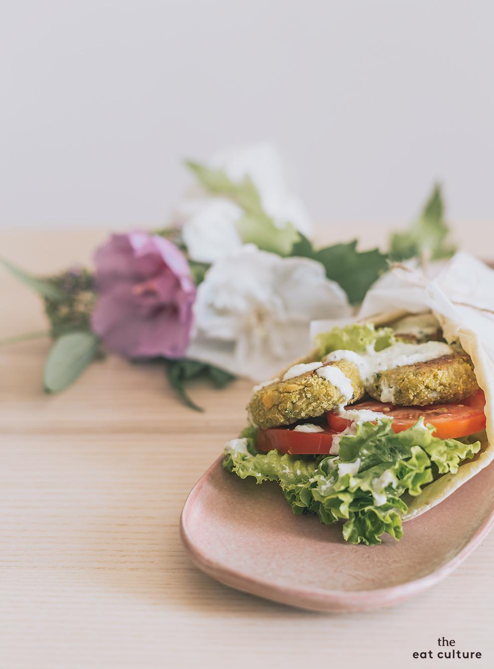 Falafel di ceci con salsa tzatziki, la ricetta per una cena (vegan) felice di mezzo luglio