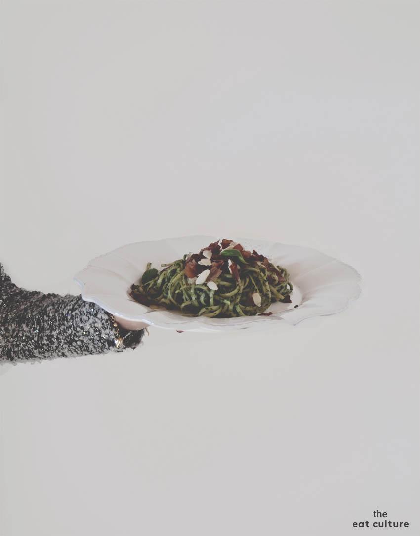 Linguine al pesto di rucola con speck croccante