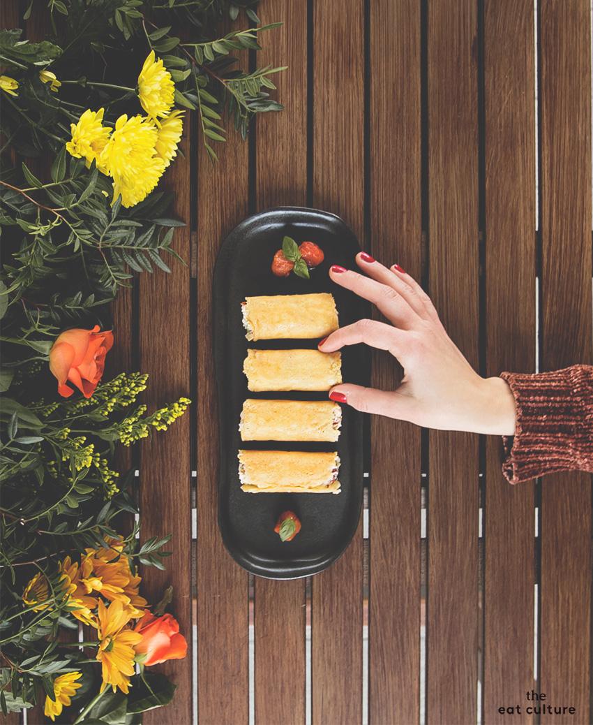 Pranzo di Natale - un finger food: cialde di Parmigiano ripiene di burrata e pomodorini confit