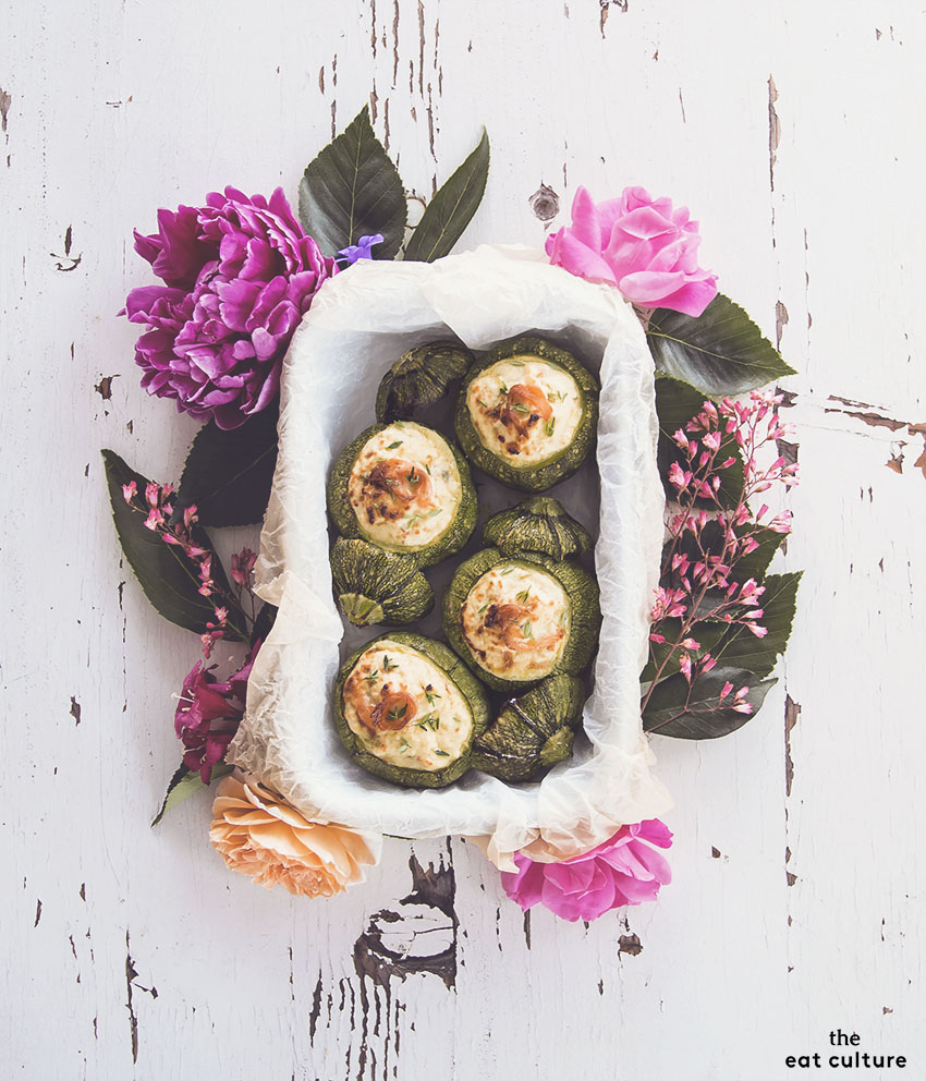 Zucchine ripiene alla ricotta con fiori di zucca e salmone