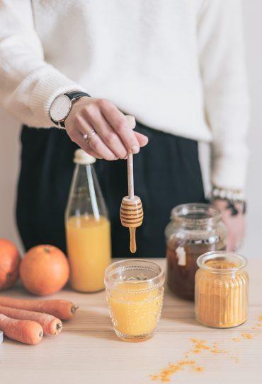 Arancione. Smoothie all'arancia con carota, zenzero e curcuma che vuole bene alla tua gola.