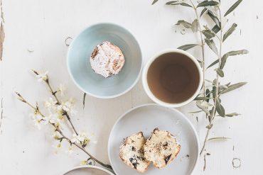 Muffin alla ricotta con gocce di cioccolato e banane caramellate