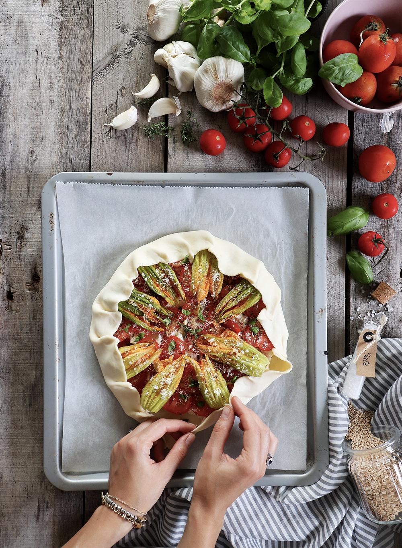 Galette salata: la ricetta con ricotta, pomodorini, fiori di zucca e feta