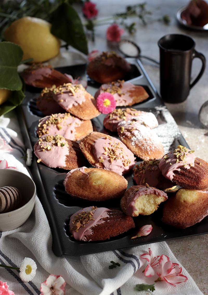 Di madeleine al cioccolato ruby e pistacchi